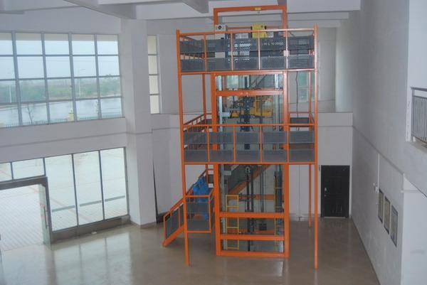电梯安装维修与保养实训考核装置是根据最常见的商用升降式电梯结构,采用真实商用电梯部件制成,其结构与实际电梯完全相同,且几乎具备实际电梯的全部功能。事实上可以把它看作是小型化了的电梯。由于其几乎所有部件均是采用商用电梯组件材料,因此便于观察、了解整个电梯结构。同时,电梯运行过程中的每个动作也一目了然,还可以反复实际动手操作。使学生能够更直观、透彻地了解、掌握电梯的结构及其动作原理,达到事半功倍的效果。因而特别适合于教学。电梯硬件结构的组成及功能与实际电梯基本一致,具有自动平层、自动开关门、顺向响应轿内外呼梯